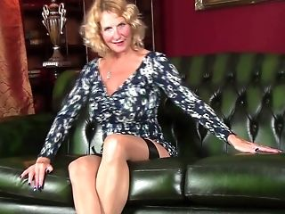 Provocative Matures Molly Maracas Bellows While Drilling Her Muff